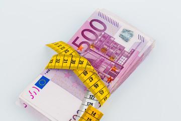 Geldscheine und ein Bandmaß