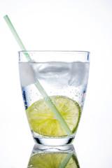 Wasserglas und Limette