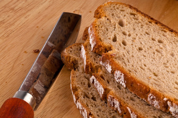 Brotschnitten aus dunklem Brot