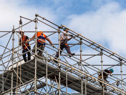 Bauarbeiter auf einem Gerüst - 71846889