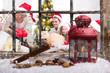 Fröhliche Weihnachtsfamilie durchs Fenster