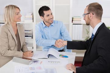 Geschäftspartner begrüßen sich per Handschlag