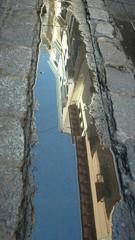 Cornisa reflejada en charco