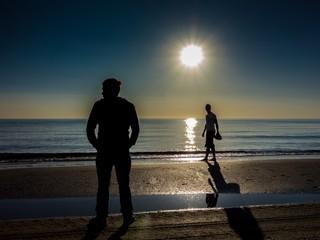 Strandspaziergang am Meer bei Sonnenaufgang