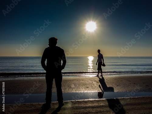 canvas print picture Strandspaziergang am Meer bei Sonnenaufgang