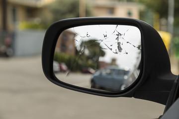 Specchietto retrovisore rotto