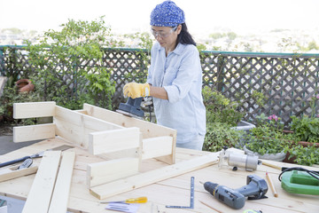 大工作業をする女性