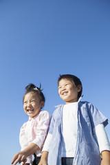 青空と元気な子供たち