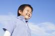 青空と笑顔の子供