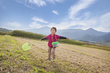 野山で遊ぶ子供