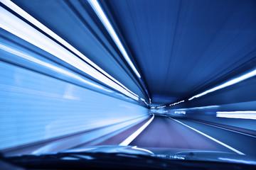 夜のトンネルを走る自動車