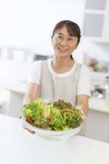 サラダを持つ主婦