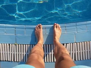 Stehen am Pool