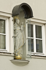 Historische Wandfigur in Augsburg unter Glasschutz