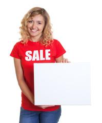 Blonde Frau im Sales-Shirt mit Werbetafel