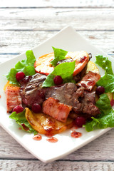 Salad with chicken livers, apples, bacon and lettuce