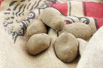 rohe kartoffeln mit schale