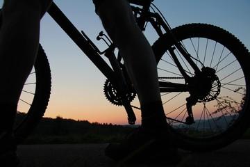 Mountainbiker bei Sonnenuntergang
