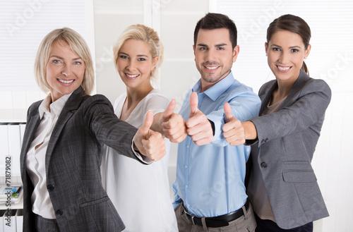 Lachendes Business Team mit Daumen hoch - 71879082