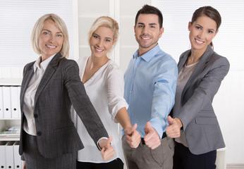 Berater Team aus Männer und Frauen mit Daumen hoch
