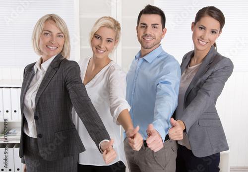 canvas print picture Berater Team aus Männer und Frauen mit Daumen hoch
