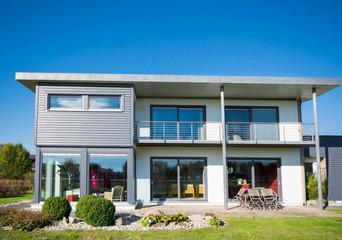 modernes Haus mit Balkon