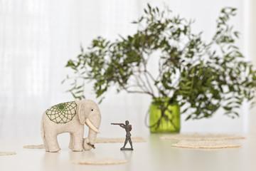 Spielzeug Elefant mit Zinnsoldat