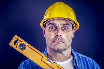 Bauarbeiter mit Wasserwaage
