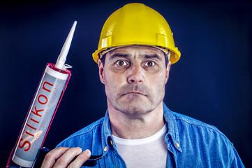 Bauarbeiter mit Silikon