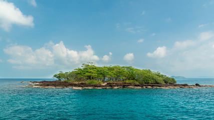 необитаемый тропический остров в океане