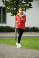 Junge Frau joggt Outdoor