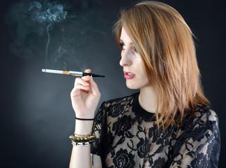 Jugendliche raucht Zigarette