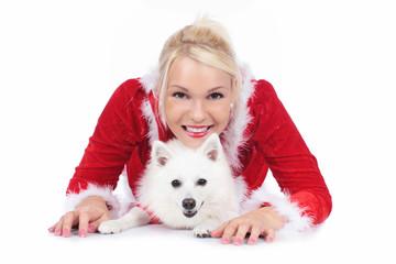 Hübsche Weihnachtsfrau mit weißem Spitz