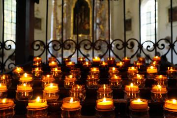 Opferlichter in einer Kirche