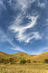 Ciel nuageux et montagne