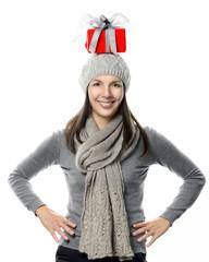Glückliche Frau balanciert ein Geschenk auf ihrem Kopf