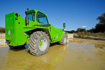 Grüner Radlader auf Baustelle
