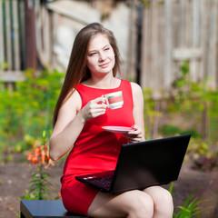 Девушка с ноутбуком на отдыхе