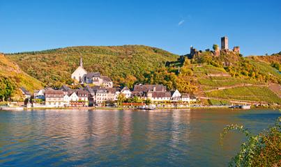 Weindorf Beilstein an der Mosel kurz vor der Weinlese