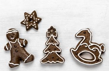 Stimmungsvolle Weihnachtsbäckerei auf weißem Holz