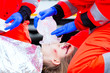 Notärtze beatmen verletzte Frau