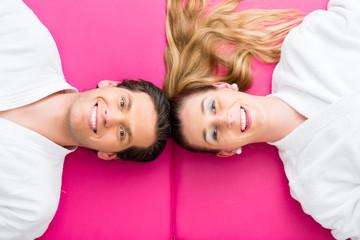 Paar im Ruheraum eines Wellness Spa