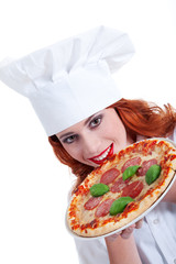 Junge hübsche rothaarige Pizza Bäckerin serviert Pizza
