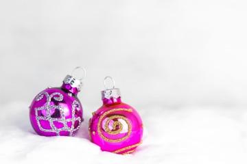 Weihnachtskugeln / rosa-violett im Schnee