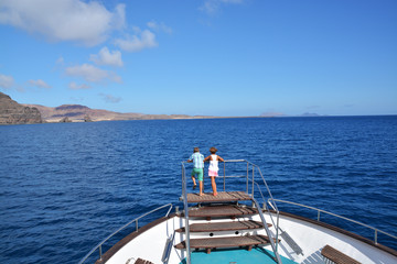 pareja de niños disfrutando de un crucero