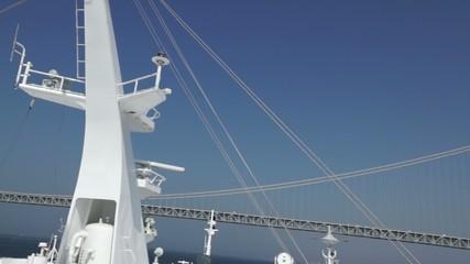 マストと明石海峡大橋