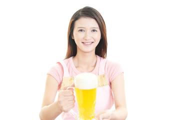 ビールを運ぶ笑顔の主婦