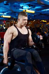Biceps in gym e