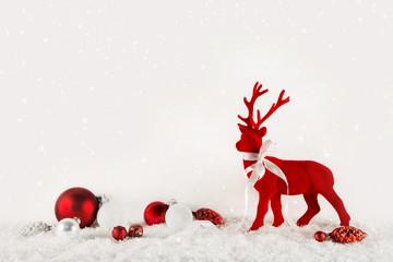 Dekoration Weihnachten: klassisch in Rot und Weiß mit Rentier