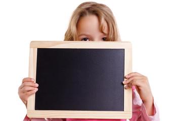 Mädchen versteckt sich hinter einer Tafel